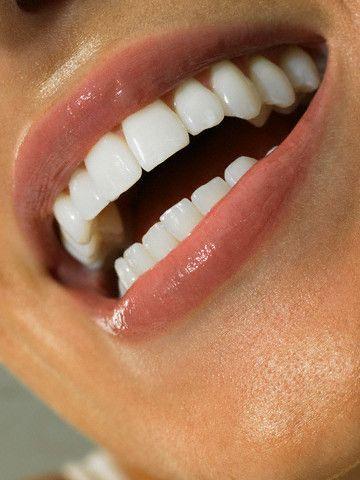Пользоваться отбеливающим карандашом зубов